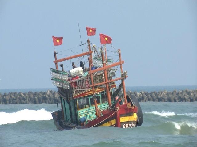 Tàu cá của ông Thu bị mắc cạn khi vào neo đậu tại cảng