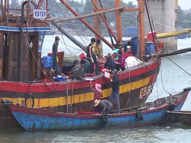 Ngư dân phải sử dụng tàu trung chuyển để bán hải sản