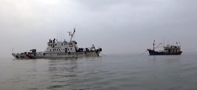 Cảnh sát biển cứu tàu cá cùng 9 thuyền viên trôi dạt trên biển - Ảnh 1.