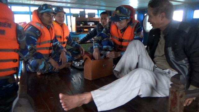 Cảnh sát biển cứu tàu cá cùng 9 thuyền viên trôi dạt trên biển - Ảnh 2.