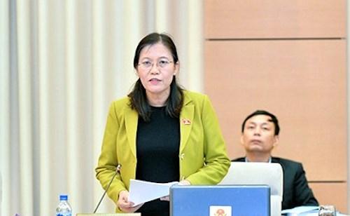 Chủ nhiệm Uỷ ban Tư pháp Lê Thị Nga trình bày báo cáo thẩm tra. Ảnh: QH