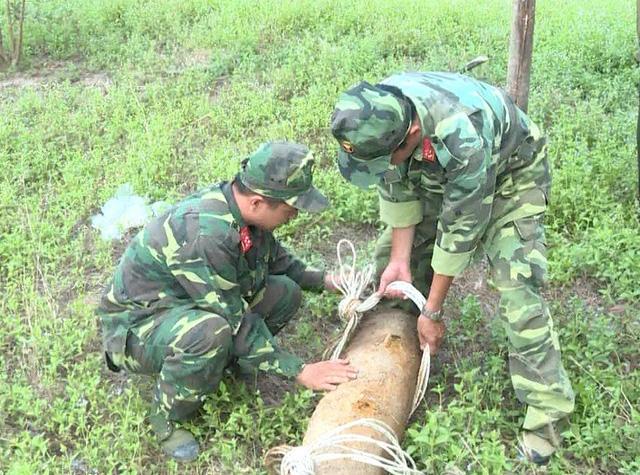 Xử lý thành công quả bom nặng 150kg trong vườn nhà dân - Ảnh 1.