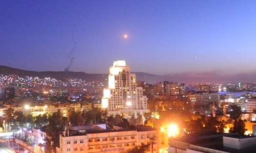 Tên lửa bay quaDamascus, Syria ngày 13/4. Ảnh: Reuters.