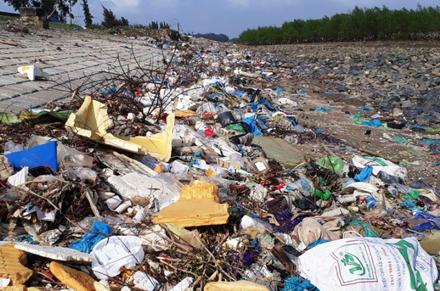 Bên cạnh đó, dọc bờ kè cũng có một lượng lớn với đủ các loại rác sinh hoạt nằm chất đống.