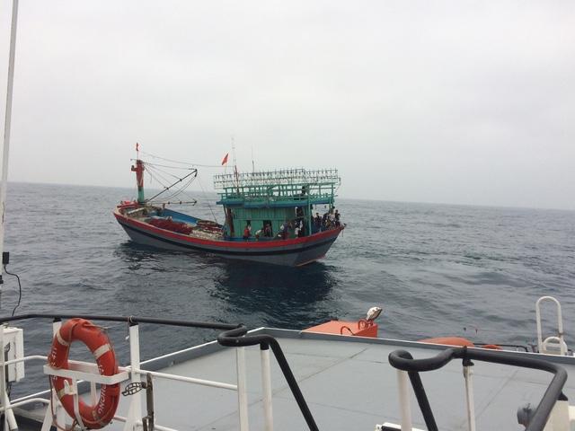 Sau khi nhận được thông tin, lực lượng cứu nạn đã tiếp cận tàu cá có thuyền viên bị nạn.