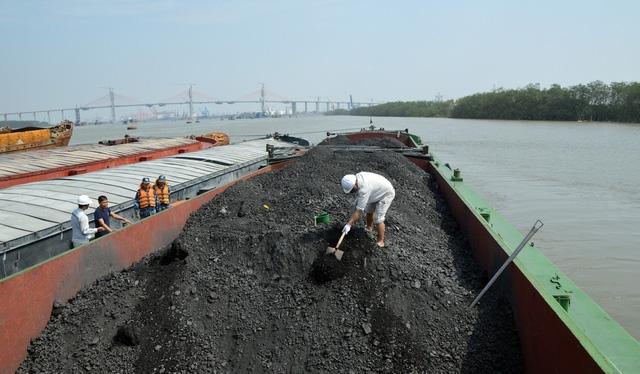 Cảnh sát biển bắt tàu chở 1.200 tấn than không giấy tờ - Ảnh 1.