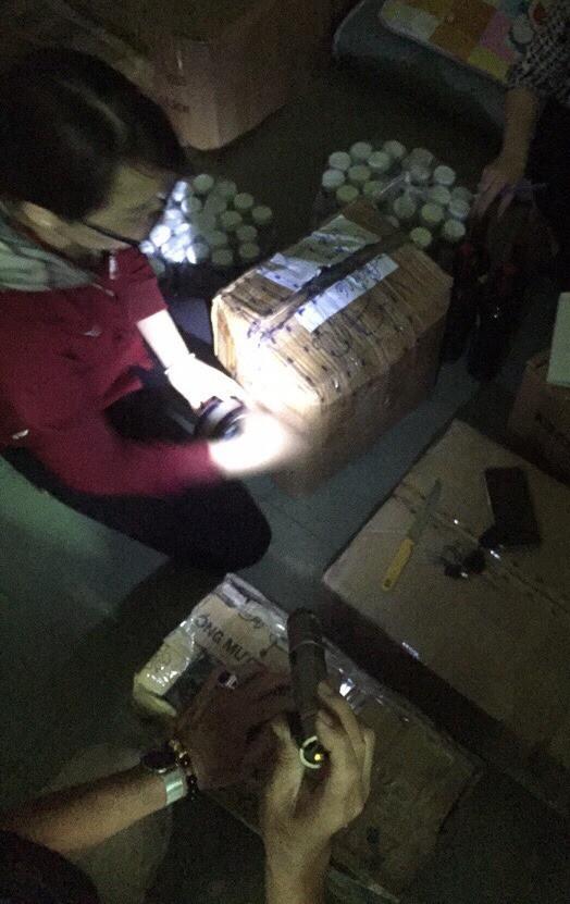 Lực lượng chức năng kiểm tra kho hàng tại cơ sở bán thực phẩm chức năng hỗ trợ điều trị ung thư làm từ than tre của Công ty TNHH Vinaca tại phường Bình Đa, TP Biên Hòa