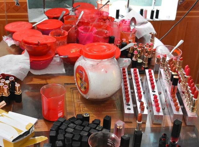 Các loại nguyên vật liệu bày la liệt tại bàn ăn dùng để làm son môi