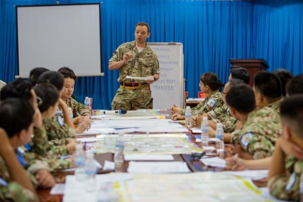 Các báo sĩ quân y Việt Nam nghe chuyên gia nước ngoài tập huấn trước khi tham gia lực lượng gìn giữ hoà bình tại Nam Phi. Ảnh: Thành Nguyễn