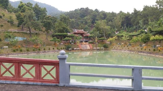 Một trong 3 hồ trên núi nằm trong khuôn viên biệt phủ được chủ nhân phối cảnh khéo léo, tạo cảnh thiên nhiên thuỷ mặc.
