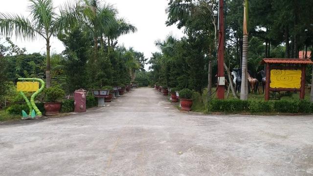 Lối cổng dẫn vào biệt phủ.