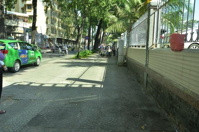 Vỉa hè đường Nguyễn Du, vách bệnh viện Nhi Đồng 2 đã sạch thoáng khi bãi xe ở đây bị giải toả