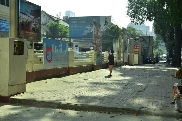 Vỉa hè trước số 6 Mạc Đỉnh Chi (phường Bến Nghé) sáng nay sau khi bãi xe ở đây được dẹp bỏ