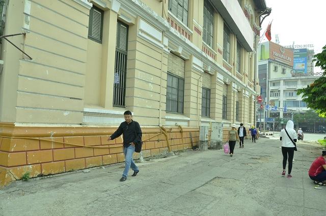 Vỉa hè đường Huỳnh Thúc Kháng và vỉa hè vòng xoay Quách Thị Trang (vách Tổng công ty đường sắt) đã thông thoáng khi bãi xe ở đây được dẹp bỏ