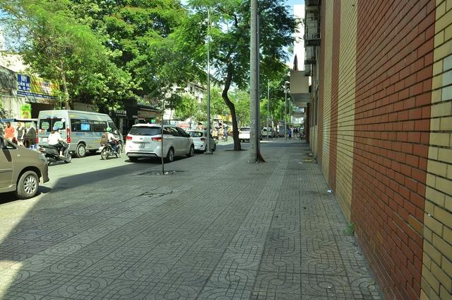 Bãi xe trên đường Huỳnh Thúc Kháng (vách trường Cao Thắng) cũng không còn, trả lại vỉa hè rộng thênh thang