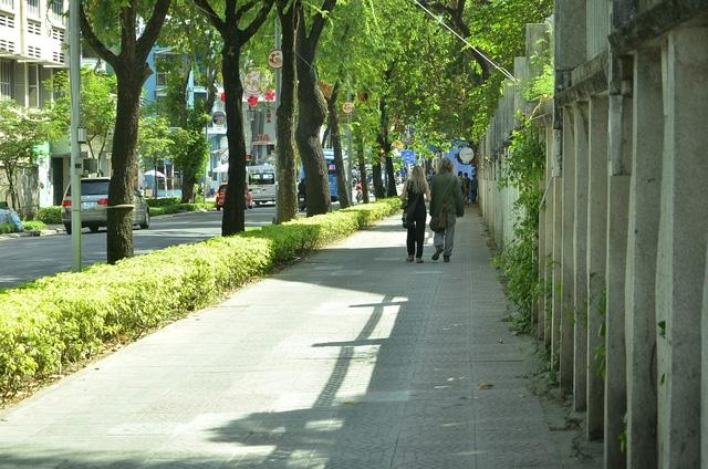 Người đi dân vô tư đi bộ trên vỉa hè đường Nam Kỳ Khởi Nghĩa rộng thênh thang