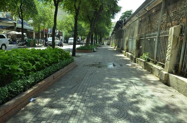 Vỉa hè đường Lý Tự Trọng, vách Bệnh viện Nhi Đồng 2 (phường Bến Nghé)