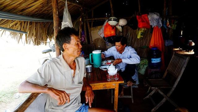 Người dân thở dài khi dự án vẫn là vùng cỏ mọc um tùm (Ảnh: Nguyễn Quang)