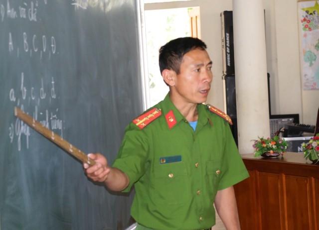 Đứng lớp là thầy giáo trong sắc phục công an, có nghiệp vụ sư phạm