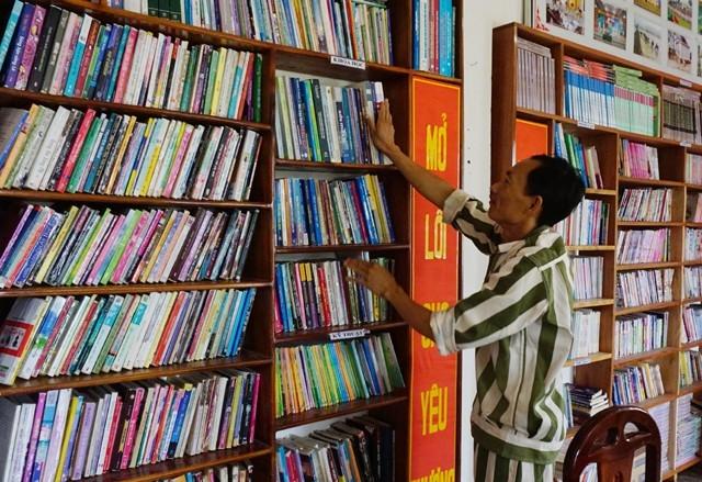 Khi biết chữ, các phạm nhân được mượn sách báo hoặc lên thư viện của Trại giam số 3 để đọc, tìm kiếm thông tin