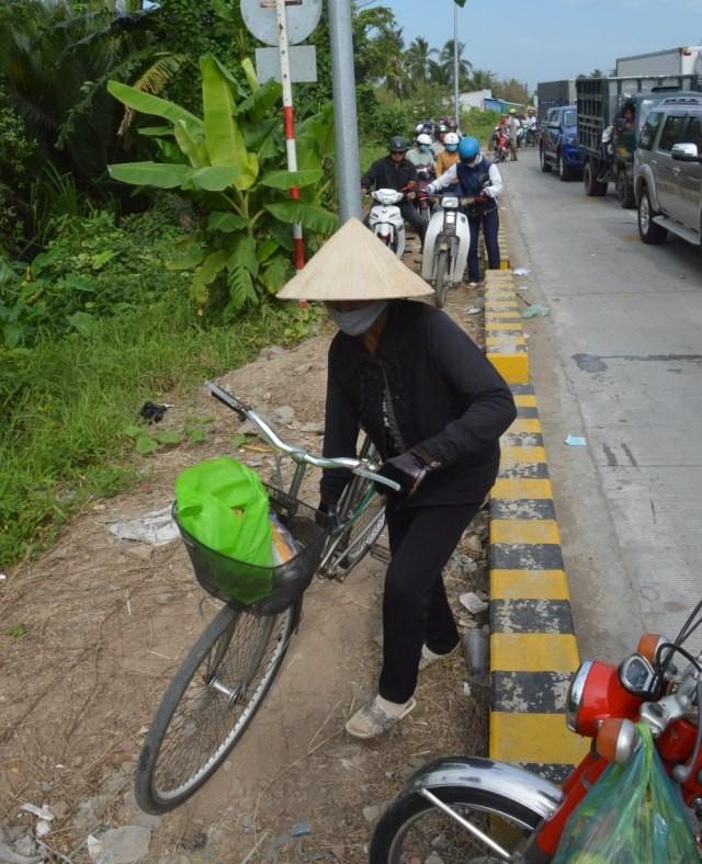 ... khiến xe 2 bánh như xe máy, xe đạp phải vất vả tìm đường thoát.