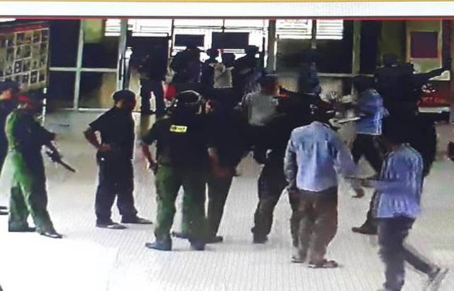 Lực lượng Cảnh sát 113 nhanh chóng có mặt khống chế người đàn ông mang dao vào bệnh viện uy hiếp nhân viên. (Ảnh camera an ninh bệnh viện)