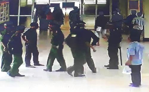 Cảnh sát tập trung tại sảnh chờ Khoa Cấp cứu chống độc để khống chế Thành và Cường. Ảnh: Trích xuất camera.