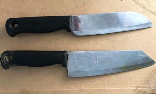 Hai con dao được cảnh sát thu giữ. Ảnh: C.A