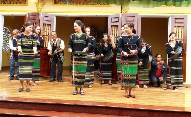 Đồng bào dân tộc Mơ Nông tham gia Lễ Giổ Tổ tại đây