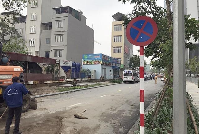 Trong sáng nay, các biển báo giao thông như cấm dừng đỗ, hạn chế xe tải... cũng được cắm ở làn đường của hai dự án