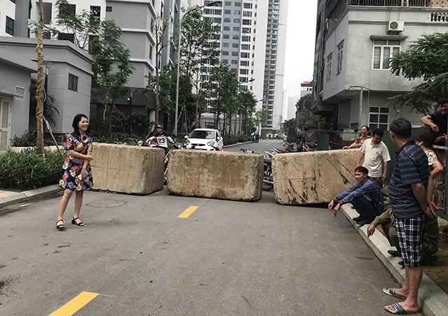 Một lối đi của khu chung cư vẫn bị những khối bê tông nặng hàng tấn chắn ngang đường