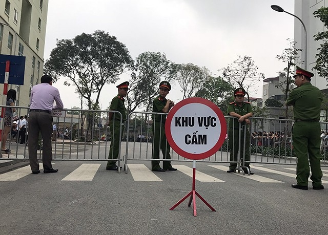 Lực lượng chức năng phong tỏa một phần đường vào hai dự án để giải tỏa ghế đá, hàng rào chắn ngang lối đi của cư dân