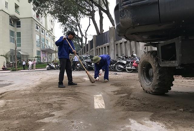 Sau khi giải tỏa các vật dụng chắn ngang đường, lực lượng công nhân lập tức sơn sửa lại vạch kẻ đường phân làn giao thông