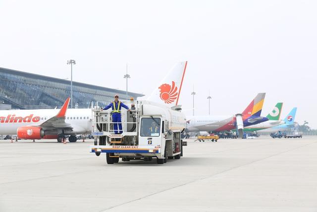 Xe tra nạp nhiên liệu của Petrolimex Aviation hoạt động tra nạp tại Cảng hàng không quốc tế Nội Bài.