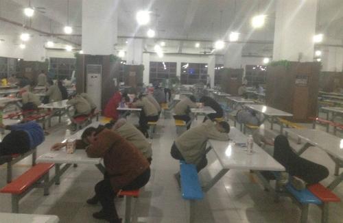 Công nhân ngủ trong phòng ăn của nhà máy.