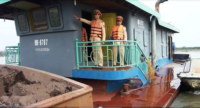 Lực lượng Cảnh sát đường thủy Nam Định kiểm tra các tàu chở hàng trên sông Đào