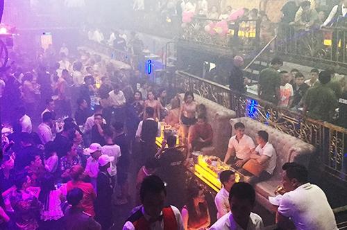 Hàng trăm khách trong quán bar lúc rạng sáng. Ảnh: Quốc Thắng,
