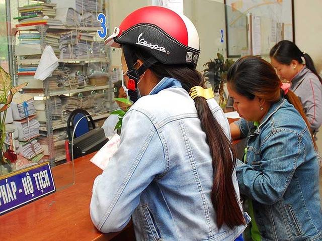 Người dân làm thủ tục hộ tịch tại UBND xã Bình Hưng, huyện Bình Chánh, TP.HCM. Ảnh: HTD