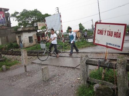 Cảnh báo nguy hiểm nơi giao cắt với đường sắt (ảnh: Duy Tuyên)