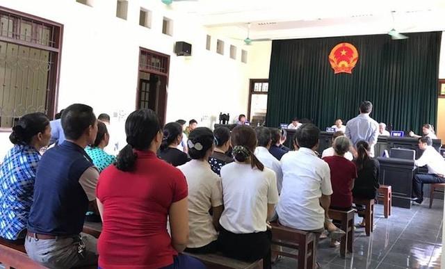Đông đảo người dân có mặt tại TAND tỉnh Lào Cai từ sớm để tham dự phiên toà Chủ tịch tỉnh Lào Cai và Chủ tịch TP Lào Cai bị kiện ngày 22/8/2017.