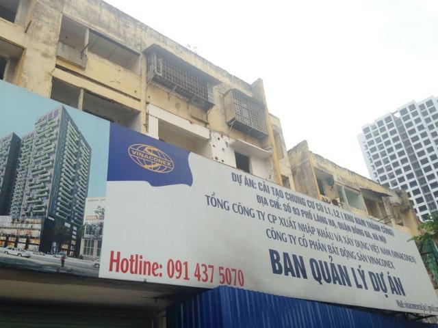 Biển quảng cáo ghi đầy đủ thông tin dự án và mô hình tòa nhà được xây dựng trong tương lai.