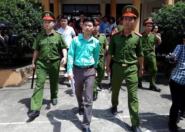 Bác sĩ Hoàng Công Lương rời phiên tòa sau khi HĐXX công bố quyết định hoãn tòa - Ảnh: Minh Chiến