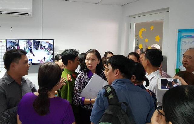 Phụ huynh Trường mầm non Hoàng Lam quây lãnh đạo Phòng GD-ĐT huyện Bình Chành để phản đối quyết định rút giấy phép hoạt động của trường.