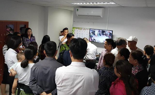 Phụ huynh có con học tại Trường mầm non Hoàng Lam, Bình Chánh vây cơ quan quản lý trong buổi thông báo về quyết định rút giấy phép của trường vào chiều 8/5.