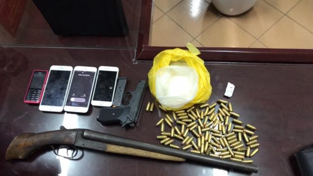 CSGT bắt nhóm thanh niên mang theo 2 khẩu súng, hơn 100 viên đạn cùng ma túy trên xe ô tô