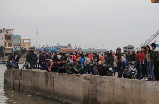 Hàng trăm người dân địa phương tập trung tại cảng cá đón thi thể nạn nhân
