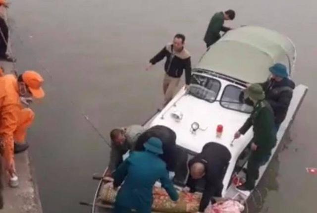 Thi thể nạn nhân được đưa vào bờ (Ảnh: Chí Linh)