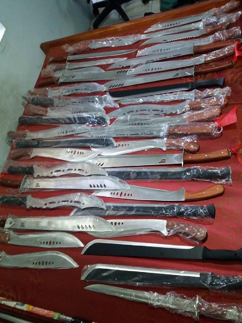 Mang 'kho' dao kiếm rao bán trên Facebook - ảnh 2