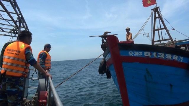 Tàu tuần tra tiếp cận tàu cá vi phạm