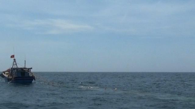 Tàu cá khai thác hải sản trái phép bằng lưới giã cào